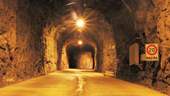 TÚNEL. A la caverna se accede a través de un túnel carretero de casi dos kilómetros excavado en la roca de la montaña (Foto EPEC).