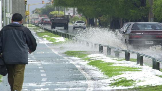 En Japón, en un día de lluvia, un conductor puede ser multado si moja con su auto a un peatón al pasar por un charco (Foto Archivo).