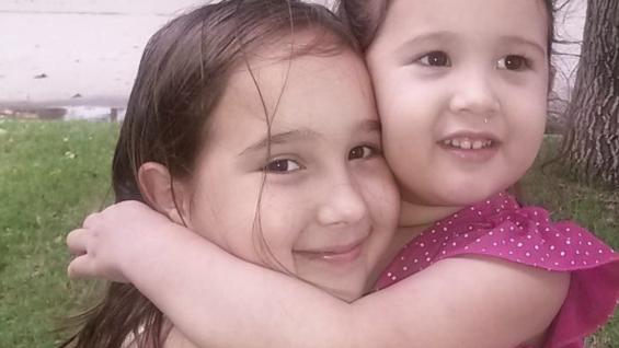 Ornella con su hermana Constanza de 3 años, a la que le dijo que cuando sea grande también podrá donar su cabello.